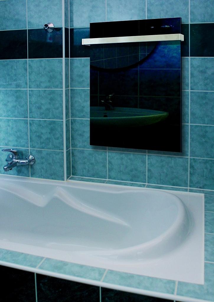 Skleněné sálavé GR panely jsou estetickým a nadčasovým zdrojem tepla. Dají se výborně regulovat a na stěnu se dají zavěsit na výšku i na šířku.