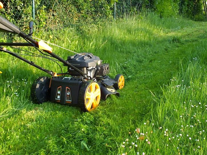 Zahradní sekačka trávy
