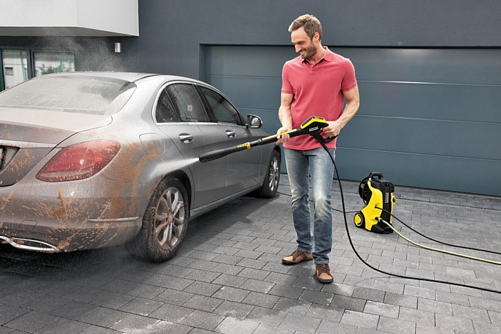 Venkovní mytí aut je pomocí tlakové myčky snadné a rychlé.