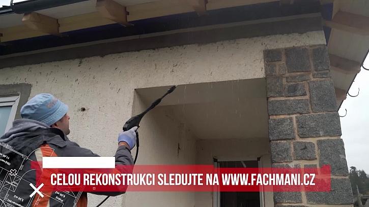 Na stavbě proběhlo čištění fasády před vlastním zateplením