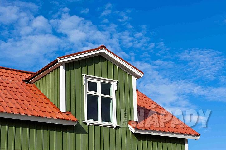 Kontrastní barva střechy oproti fasádě