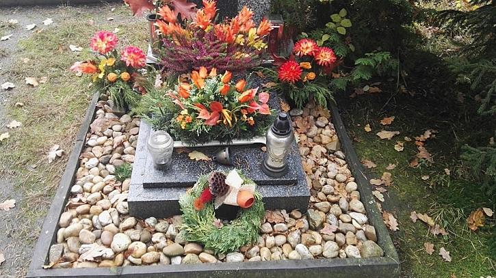 O Dušičkách navštívíme hroby, abychom zde položili kytičku a zapálili svíčku (Zdroj: Pavlína Wagnerová Málková)