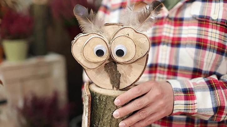 Roztomilá sovička z dřevěného polínka