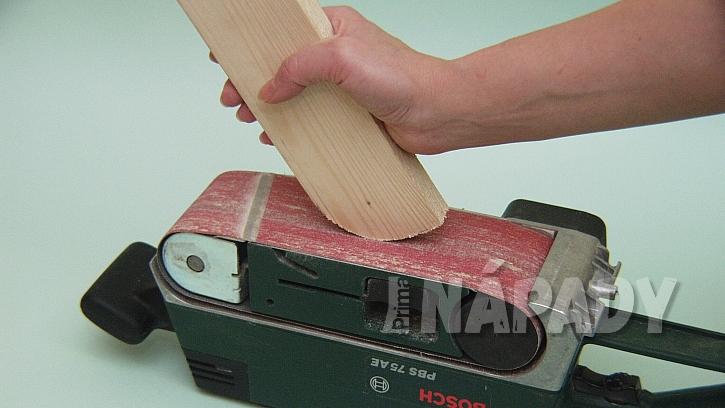 Jak vyrobit poličku na zábradlí: zabrousíme vyříznuté zakulacení