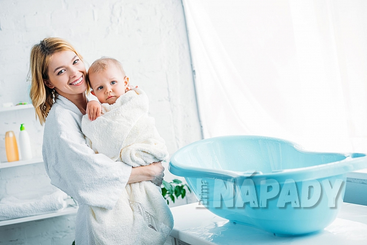 Koupání miminka v plastové vaničce