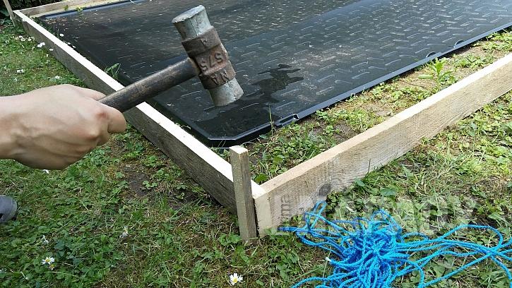 Chytrá síť jako výztuž betonu: prkna ohrádky zvenku zajistíme kolíky