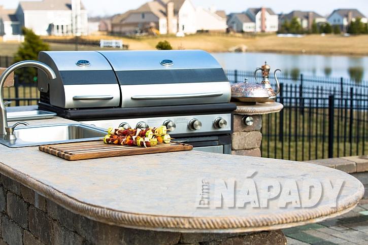 Venkovní kuchyně s grilem osloví kouzlem každého stolovníka (Zdroj: depositphotos.com)
