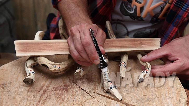 DIY vítací cedulka na dveře: přišroubujeme háčky na zavěšení, klacíky ozdobíme
