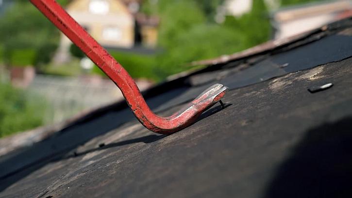 Sundavání staré střešní krytiny