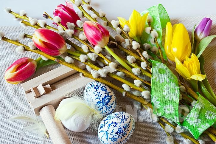 Velikonoční dekorace s řehtačkou
