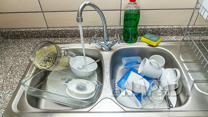 Jak mýt úsporněnádobí ve dřezu a ušetřit litry vody