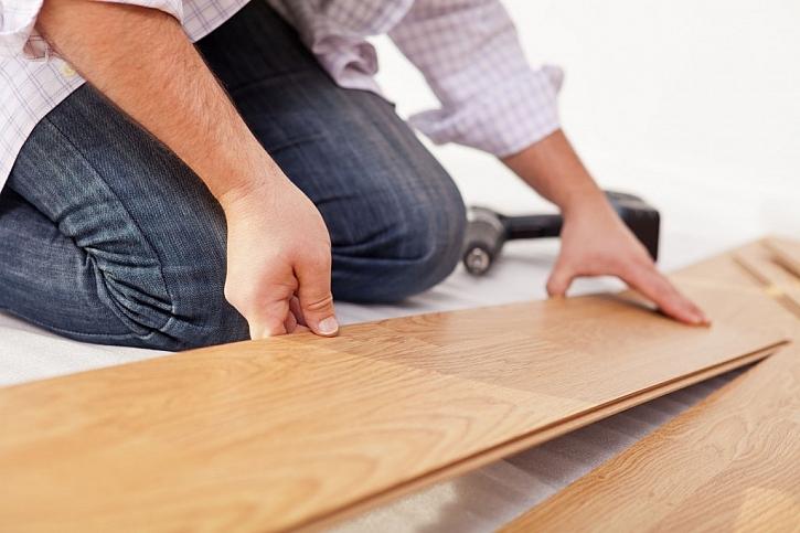 Položení podlahy v koupelně, pokud sáhnete po variantě se zámky, je velmi jednoduché