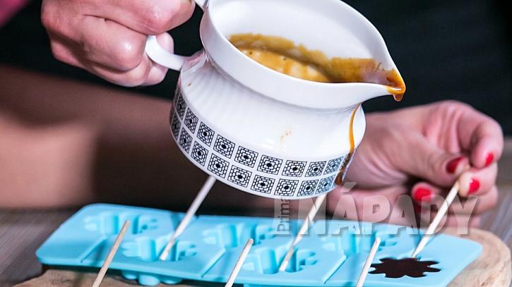 Recept na zázvorová lízátka proti nachlazení: karamel nalijeme do lízátkových formiček