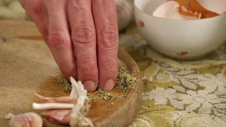 Sušená majoránka na desce