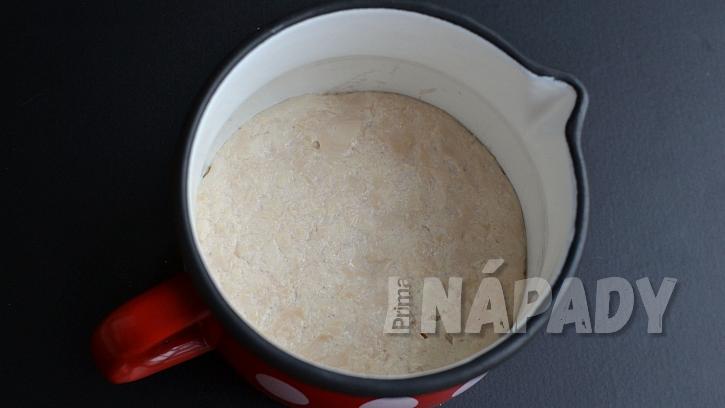 Kynuté trojhránky s česnekovou náplní: připravte si kvásek