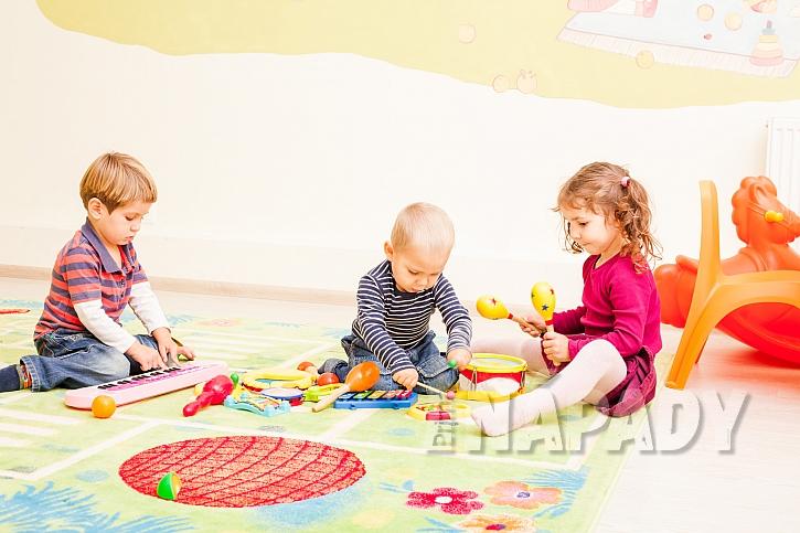 Na dětském koberci si děti vyhrají, sedí v měkkém a nestudí je podlaha (Zdroj: depositphotos.com)
