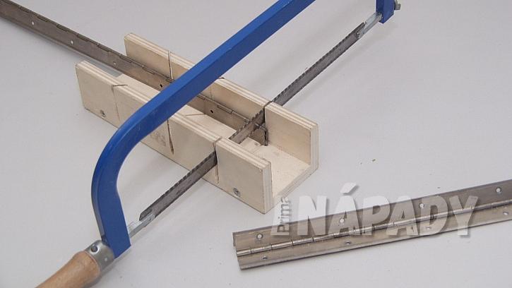 Sklopný stolek na balkon DIY: pilkou zakulatíme dva spodní rohy
