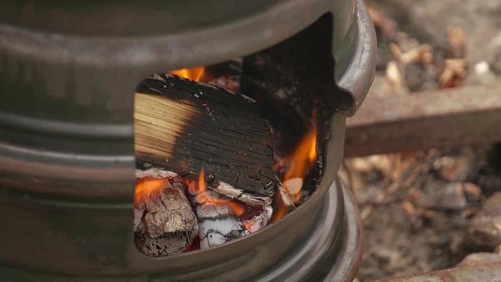 Bramborové placky z grilu vyrobeného ze starého ráfku