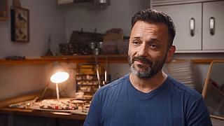 Alex Chládek, muž který vystudoval řemeslo nabírání a foukání skla vyrábí šperky se svou ženou
