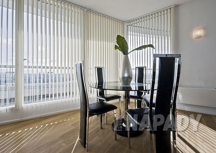 Vertikální žaluzie v kanceláři ochrání před sluncem a jsou dekorativní (Zdroj: depositphotos.com)