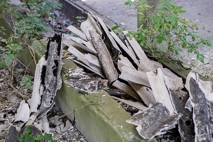 Eternitové zbytky s azbestem nikdy nesmí volně ležet v okolí