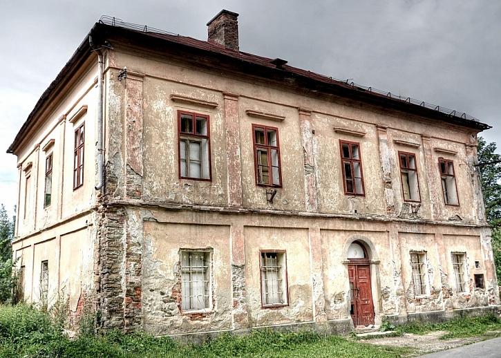 Tento dům potřebuje rekonstrukci jako sůl a při citlivé práci bude zase v plné parádě