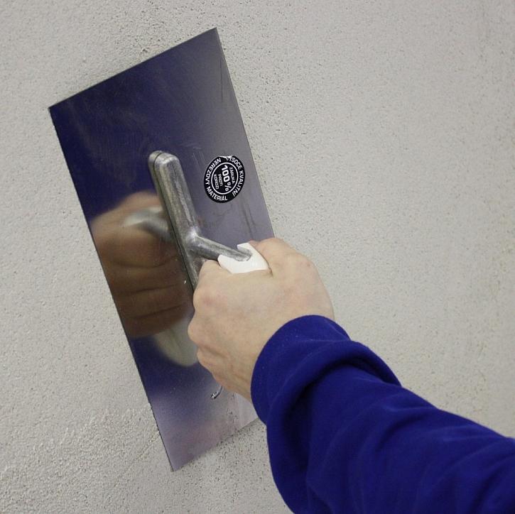 Směs nanášejte hladítkem rovnoměrně v jedné vrstvě, v potřebné tloušťce na podklad.