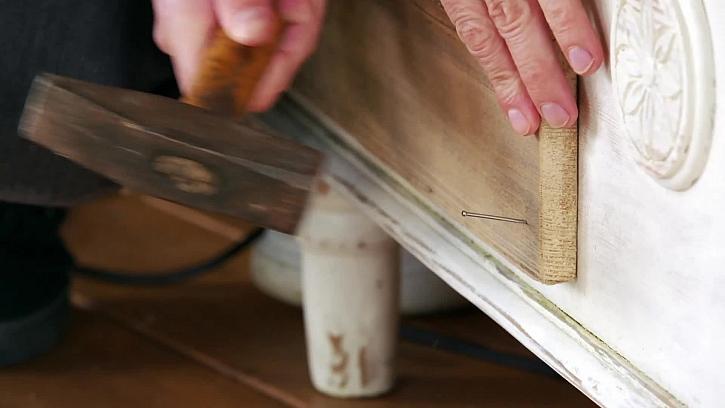 Zatlučení hřebíku kladivem
