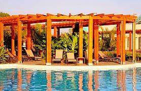 Jak vytvořit u bazénu kousek stínu? Pomocí přístřešku