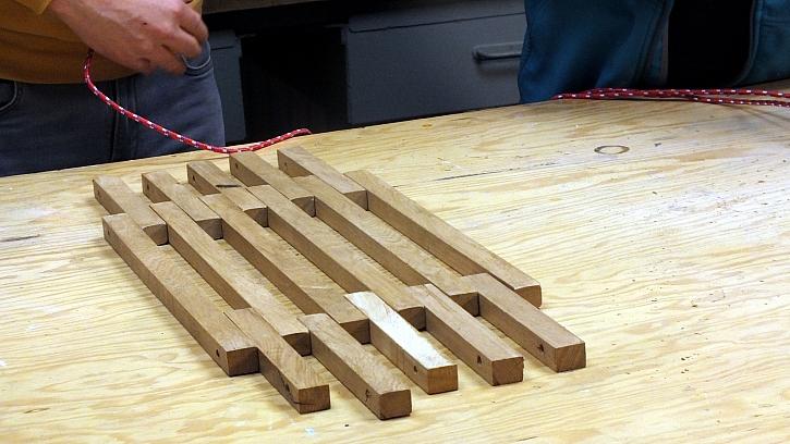 Dřevěná houpací síť: materiál vyskládáme do střídavého rastru