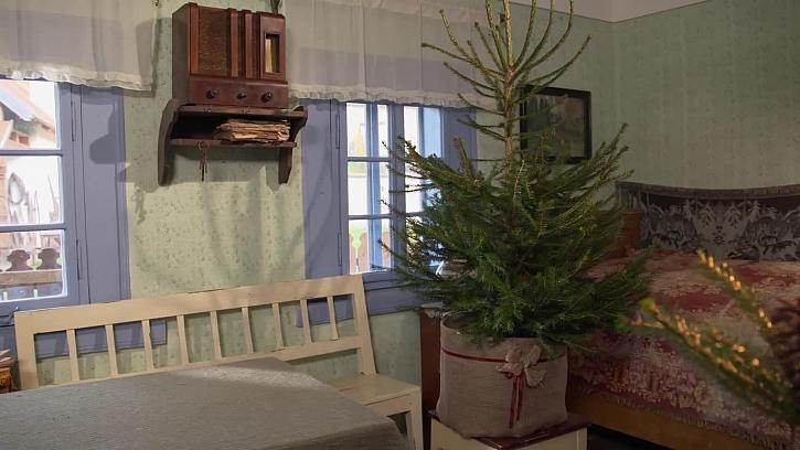 Jak zakrýt nevzhledný stojánek vánočního stromečku