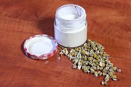 Pleťový krém z medu, heřmánku asmetany aneb Vsaďte na domácí luxus