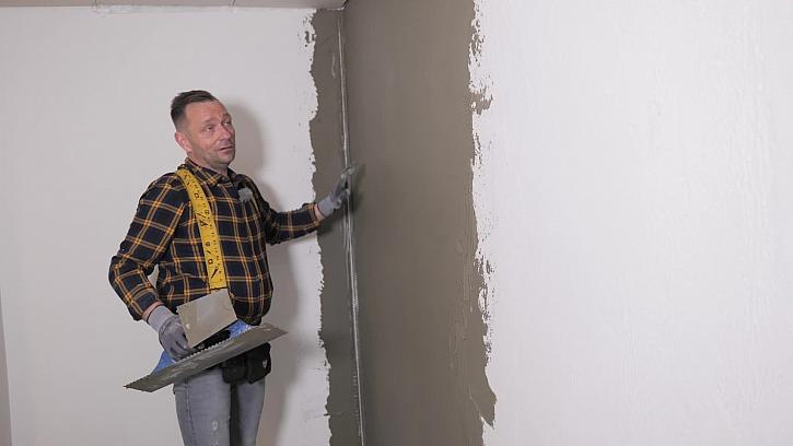 Vyrovnání stěny lepidlem
