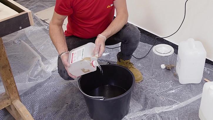 Pepa v Libovkách vyrábí jídelní stůl ze šicích strojů s řekou z pryskyřice