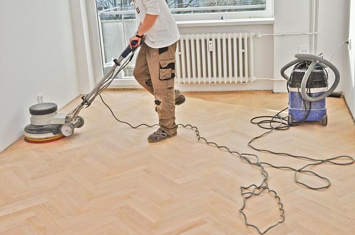 Po každém broušení podlahu pořádně vysajte