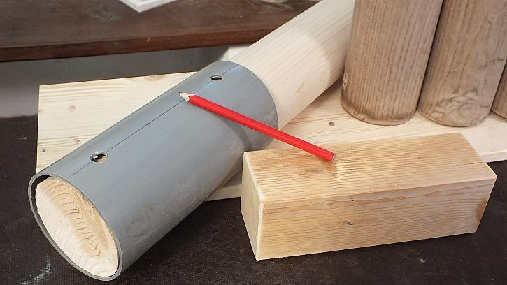 Jak vyrobit knihovnu z kulatiny: přes otvory vtrubce nakreslíme značku