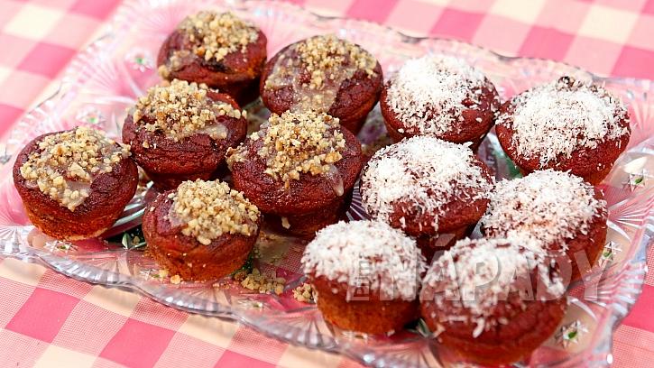 Recept na řepné muffiny: upečené muffiny ozdobíme medem, kokosem a ořechy