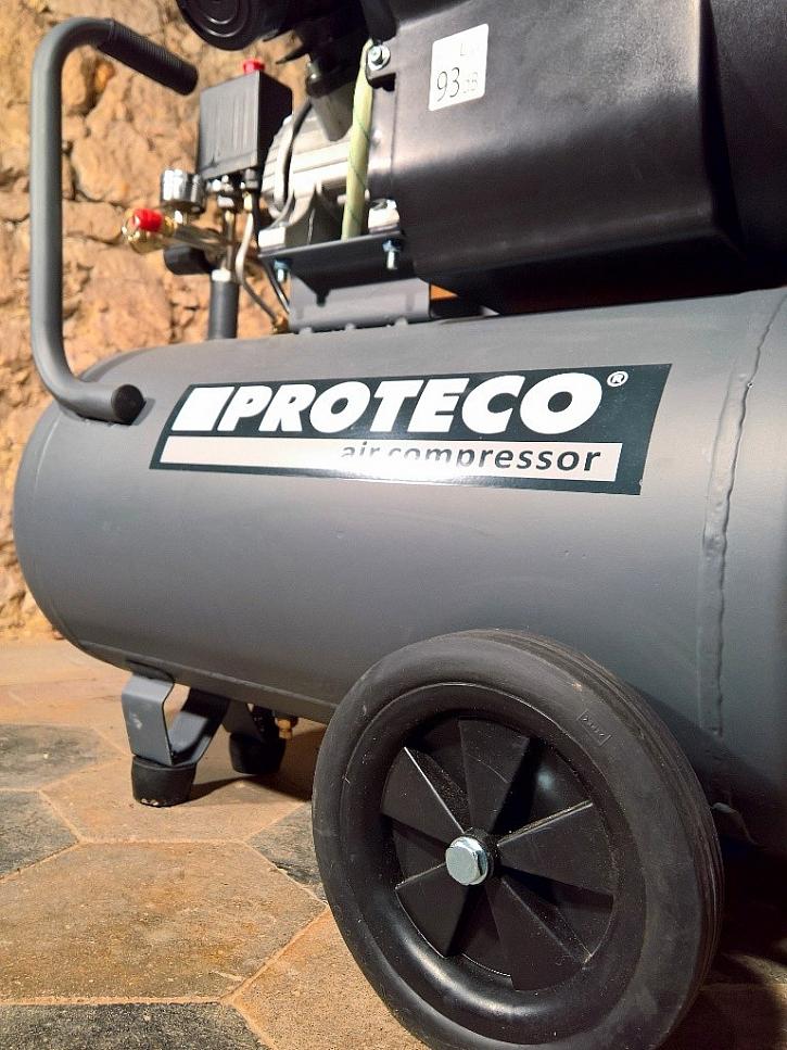 Přepravu kompresoru usnadňují velká kola a robustní madlo
