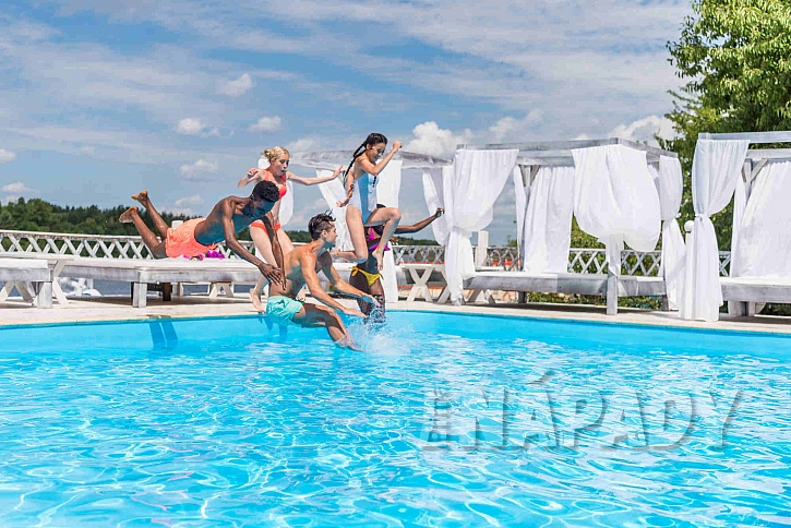 Radost z koupání v bazénu mají hlavně děti (Zdroj: Depositphotos.com)