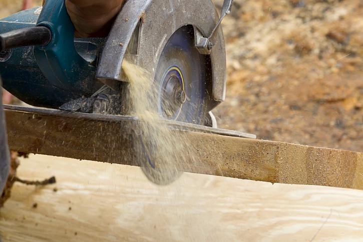 Odletující piliny je možno odsát vysavačem přes hubici.