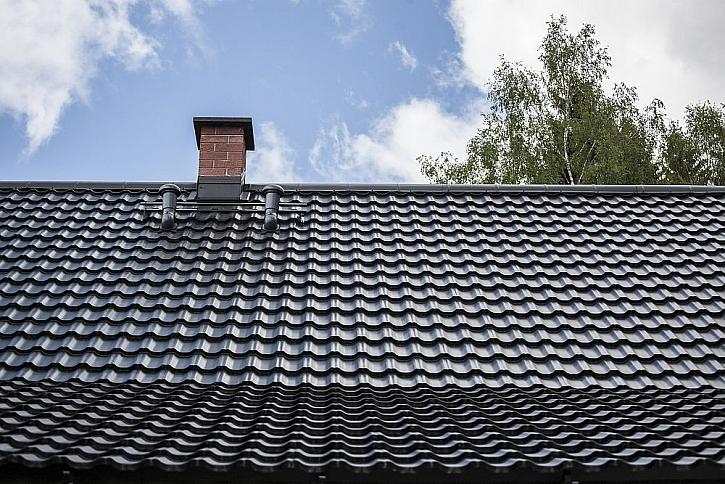 Plechová střecha Ruukki Finnera imitující klasickou taškovou krytinu
