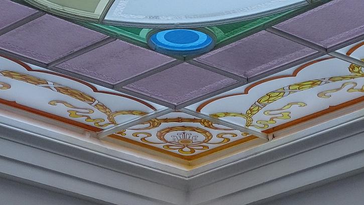 Zajímavým prvkem jsou obvodová skla, jež jsou bohatě zdobena leptem (Zdroj: Ateliér VITRAJ)