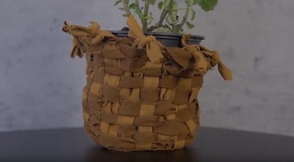 Vyplétaný košík na květináč ze starých kalhot