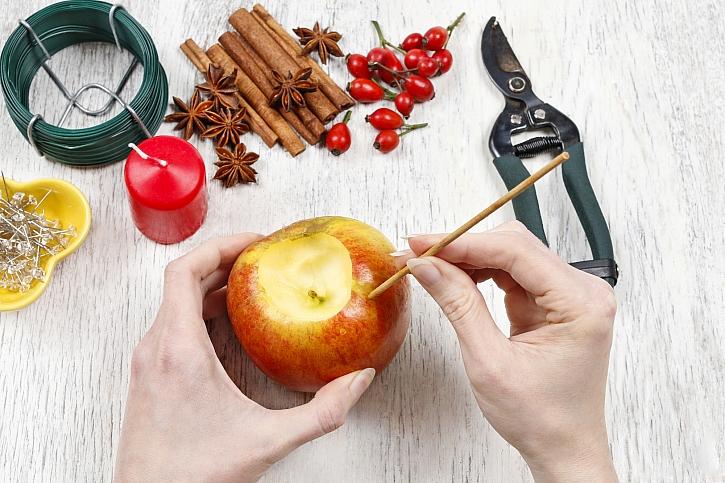 Špejlí napíchané otvory v jablku