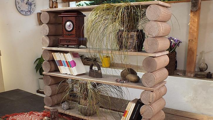 Vyrobenou knihovnu z kulatiny dáme namísto