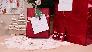 Jednoduché jmenovky na vánoční dárky z kolíčku zvládnou i děti