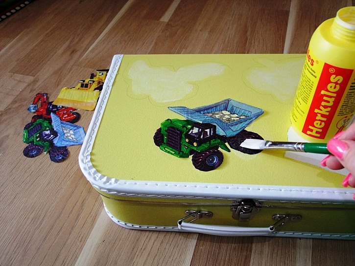 Dětský kufřík s originálním motivem a pokaždé jinak - zdobení ubrousky s lepidlem Herkules