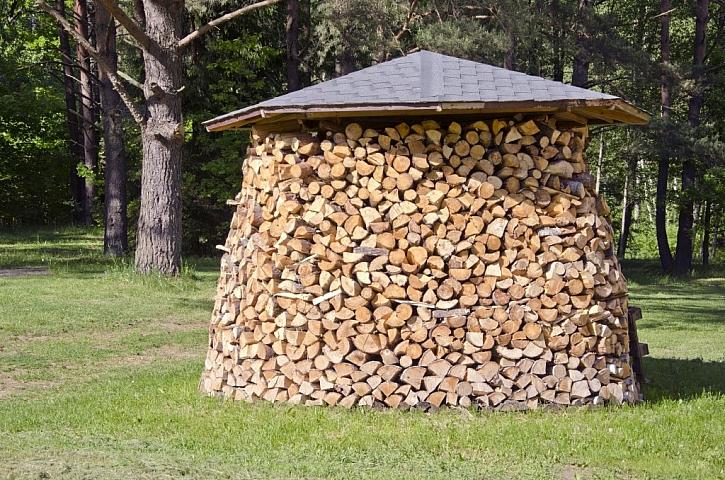 Dřevník s takto naskládaným dřevem pojme velké množství a nezabere moc místa