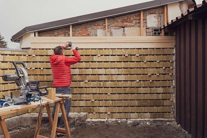 Montáž fasádních prken pod střechu