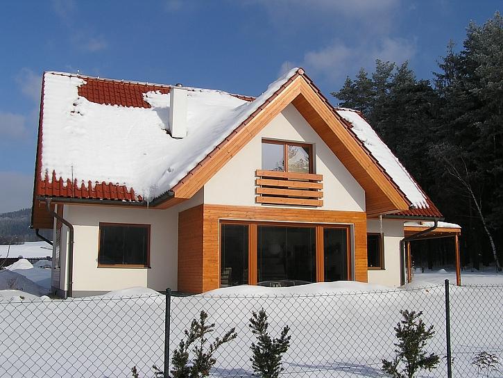 rodinny_dum_s_drevenymi_okny_a_oblozenim_v_zime_foto_zdroj_VEKRA